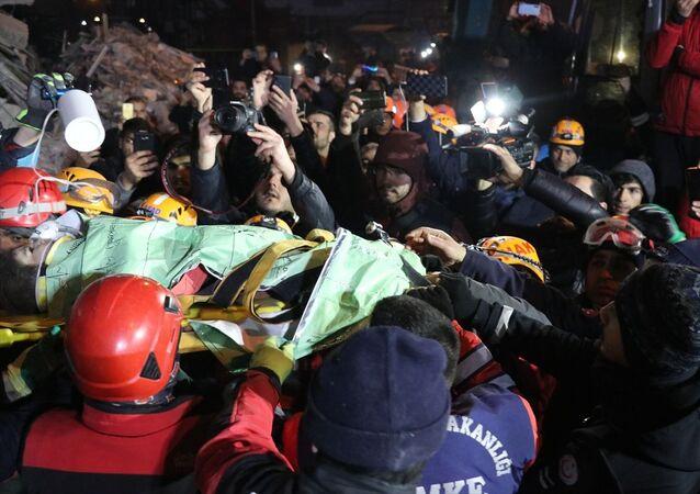 Elazığ'daki depremde Mustafa Paşa Mahallesi'nde yıkılan binanın enkazından yükselen kadın sesi üzerine harekete geçen jandarma ekiplerinin çalışması sonucu 2.5 yaşındaki kız çocuğu 24 saat sonra kurtarıldı.Ekiplerin anneyi kurtarmak için çalışması sürüyor.