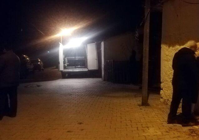 İzmir'in Menderes ilçesinde psikolojik sorunları nedeniyle bir süredir tedavi gördüğü iddia edilen bir kişi annesini öldürdükten sonra intihar etti.