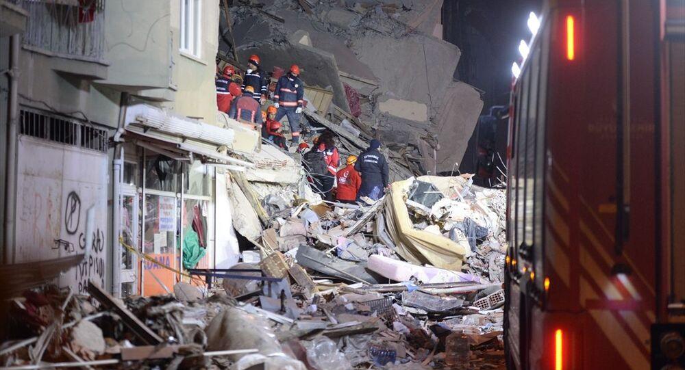 Elazığ'ın Sivrice ilçesi merkezli 6,8 büyüklüğündeki depremin ardından Mustafa Paşa Mahallesinde yıkılan binanın enkazında arama kurtarma çalışmaları devam ediyor.