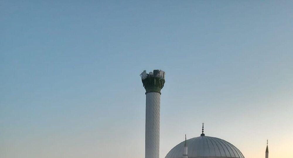 Manisa'nın Kırkağaç ilçesinde depremden hasar gören caminin minaresi kontrollü bir şekilde yıkıldı.
