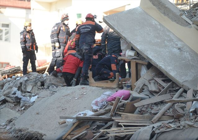 Elazığ'da Sivrice ilçesi merkezli 6,8 büyüklüğündeki depremin ardından Mustafa Paşa ve Sürsürü mahallelerinde yıkılan binaların enkazında arama kurtarma çalışmaları devam ediyor.