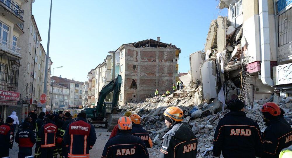 Elazığ'daki depremde merkez Mustafa Paşa Mahallesi'nde yıkılan binada arama kurtarma çalışması sona erdi. Enkazda, ekiplerin sismik araştırmasının (ses dinleme) ardından enkaz kaldırma çalışması yürütülecek.