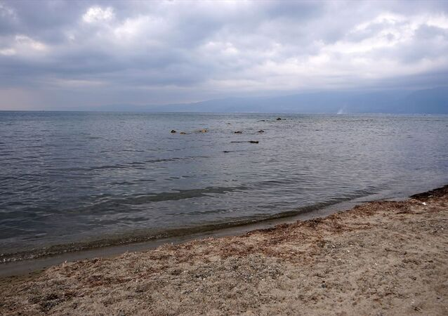 Yerli ve yabancı turistlerin yoğun ilgi gösterdiği tatil bölgelerinden Balıkesir'in Burhaniye ilçesine bağlı Ören Mahallesi sahilinde, deniz suyu yaklaşık 2 metre çekildi. Çekilmenin ardından kıyıda kumsalın bazı noktalarında kayalıkların ortaya çıktığı görüldü.