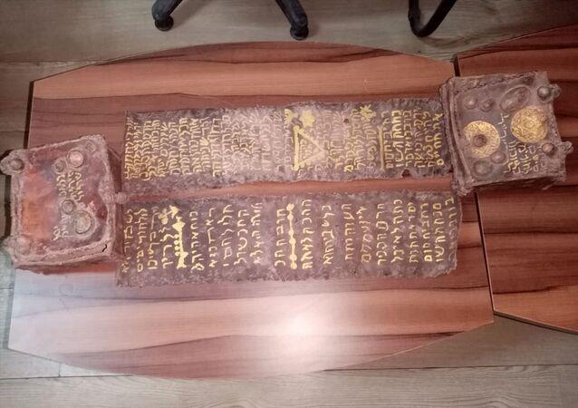 Bursa'nın İnegöl ilçesinde, tarihi eser olduğu değerlendirilen, ceylan derisi üzerine yazılmış Tevrat ele geçirildi.