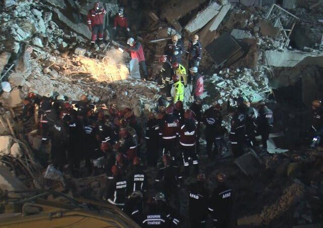 Elazığ'da enkaz altındaki bir kişinin daha cansız bedenine ulaşıldı