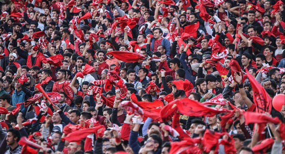 İran'daki Türklerin desteklediği İran Körfez Ligi takımlarından Tractor Sazi taraftarı