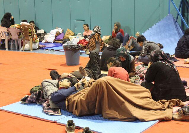 Elazığ'da meydana gelen 6.8 büyüklüğündeki depremde evleri hasar gören vatandaşlar, çadır kentlerin dışında spor salonunda da kalıyor.