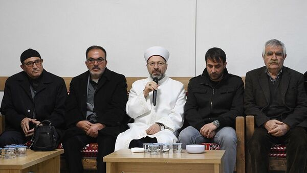 Diyanet İşleri Başkanı Ali Erbaş, Elazığ'da meydana gelen depremde hayatını kaybedenlerin yakınlarına taziye ziyaretinde bulundu. - Sputnik Türkiye