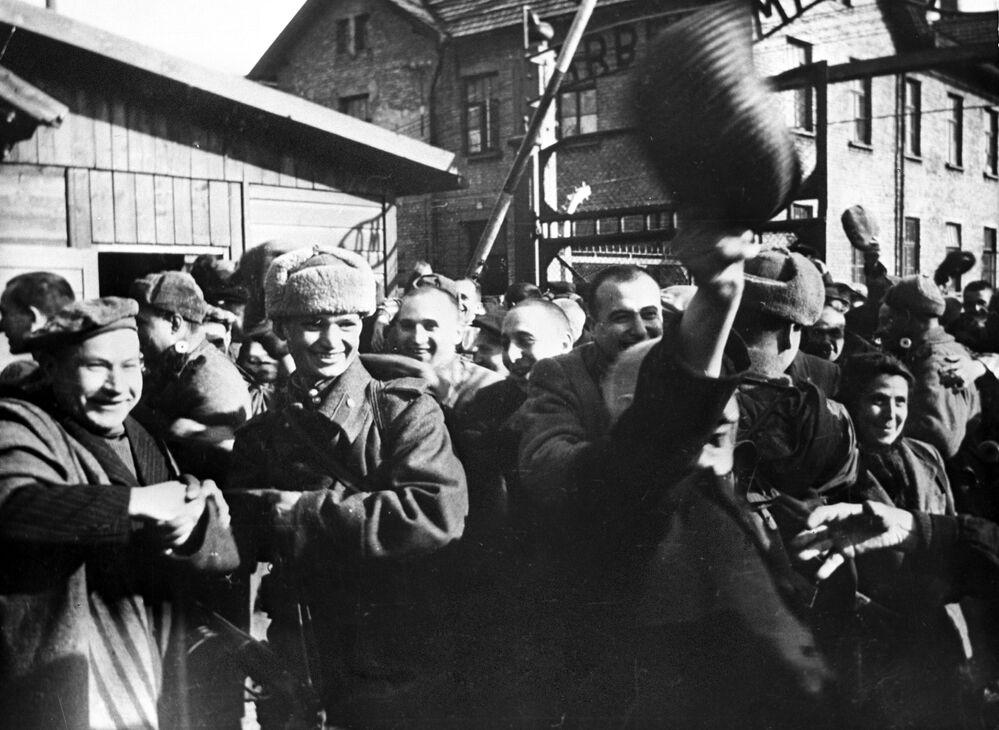 Bu fotoğraf, Sovyet askerlerinin Auschwitz  kampına girdikleri ilk anlarda çekildi.