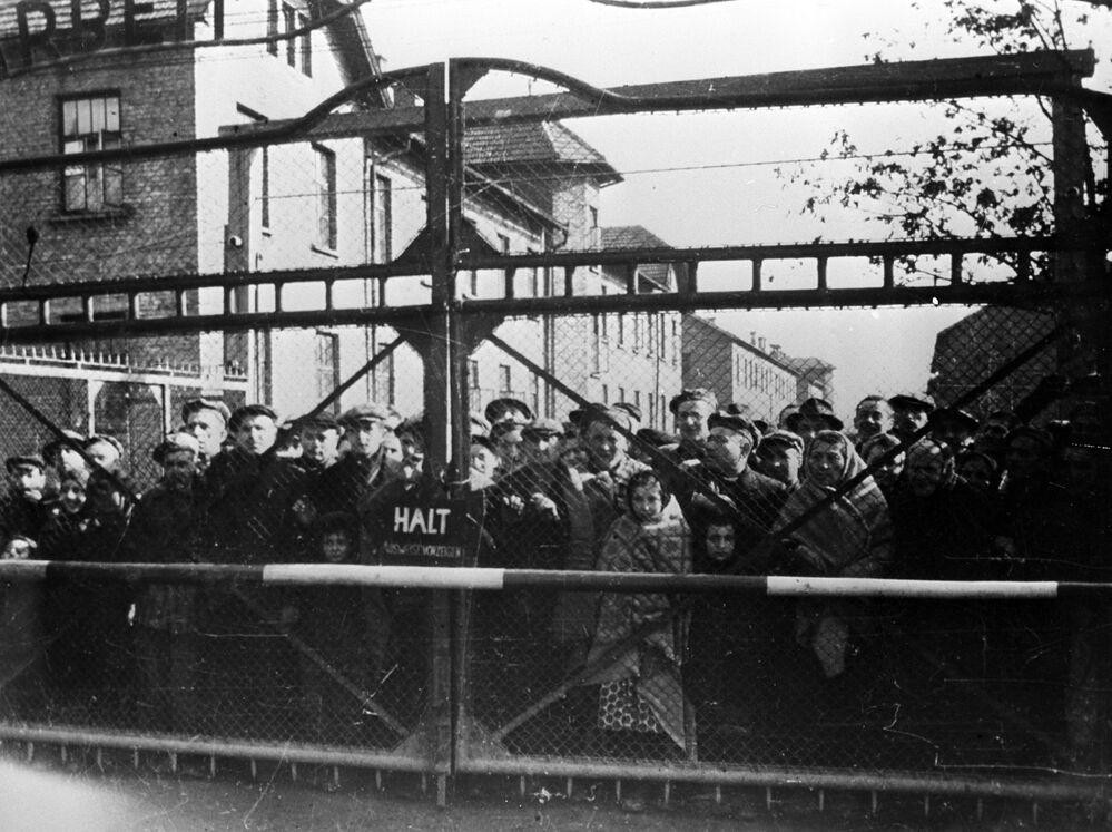 İşgal altındaki Avrupa'nın tam ortasında, Polonya'nın Krakov şehri yakınlarında yer alan Auschwitz, Yahudi soykırımının merkez kampı olarak seçildi.