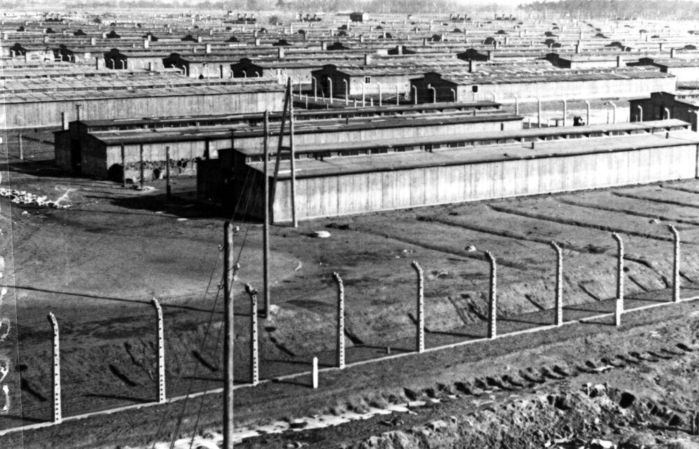 Auschwitz kampı açık kaldığı yıllar boyunca Nazi vahşetinin ve Yahudi soykırımının sembolü oldu. Nazi işgali altındaki Avrupa'nın her yerinden toplanan, Yahudiler başta olmak üzere Çingeneler, Polonyalılar, Yugoslavlar, eşcinseller, çeşitli etnik, dini ve ulusal gruplara ait insanlar ve Sovyet savaş esirleri, yük vagonlarında günlerce aç, susuz süren bir yolculuktan sonra Auschwitz ve hemen yakınındaki Birkenau ve Monowitz kamplarına getirildiler. Kurbanlar açlık, hastalık ve esir işçi olarak çalıştırıldıkları insanlık dışı koşullar nedeniyle, sadece birkaç ay hayatta kalabiliyordu. Kamp kurallarını çiğneyenler, kaçmaya çalışanlar ve açlığını bastırmak için birkaç elma koparanlar ise idam ediliyordu.