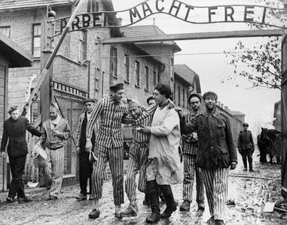 27 Ocak 1945'te Sovyetler'in Kızıl Ordu'su 'ölüm kampı' Auschwitz'te hayatta kalmayı başaran 7 bin insanı kurtarıp özgürlüklerine kavuşturdu.