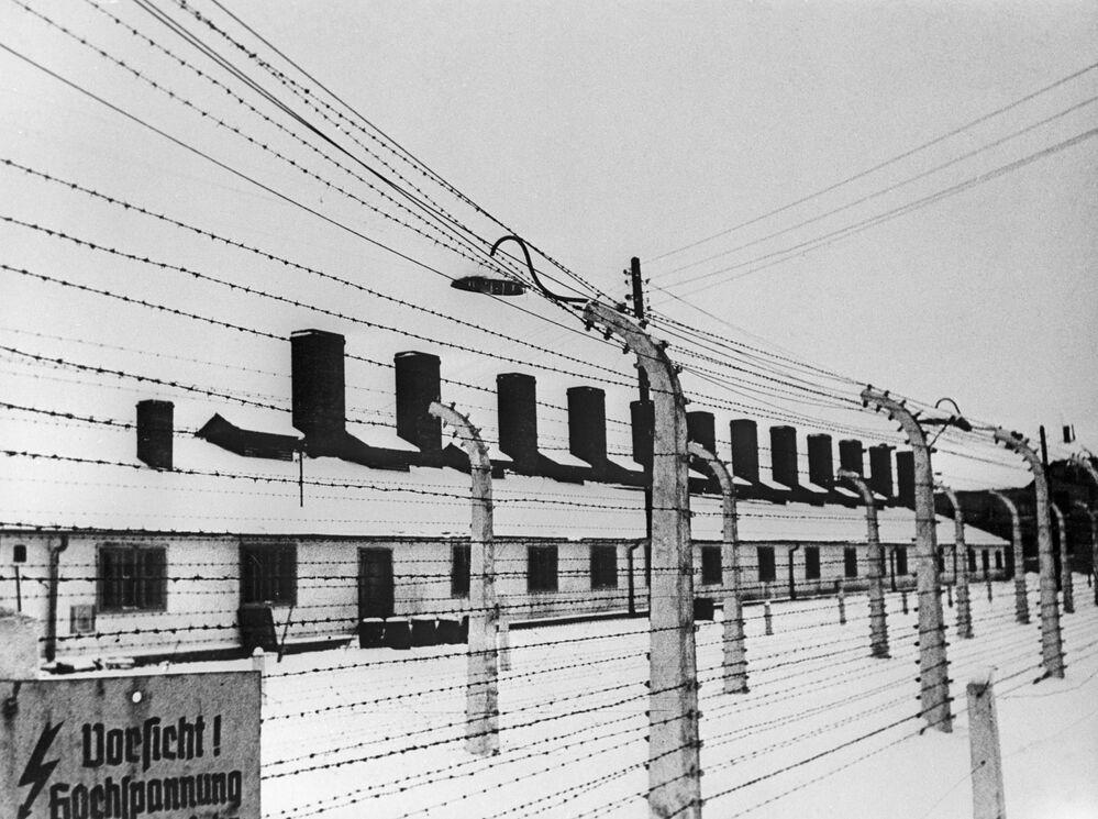 """Bütün Nazi Kampları gibi kapının üstünde """"Çalışmak özgürleştirir"""" yazan Auschwitz toplama kampı 14 Haziran 1940'ta Polonya'da  açıldı.  1940-1945 yılları arasında Auschwitz ve hemen yakınındaki Birkenau kamplarında faşist Nazi rejiminin en vahşi suçları işlendi. Yaşlılar, çocuklar ve ağır işlerde çalışamayacağı düşünülen kurbanlar gaz odalarında Zyklon B gazı verilerek öldürüldü. On binlerce kişi  krematoryum denilen ocaklarda yakıldı."""