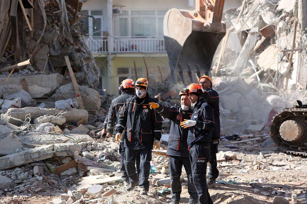 Elazığ'da Sivrice ilçesi merkezli 6,8 büyüklüğündeki depremin ardından yıkılan binanın enkazında arama kurtarma çalışmaları devam ediyor.
