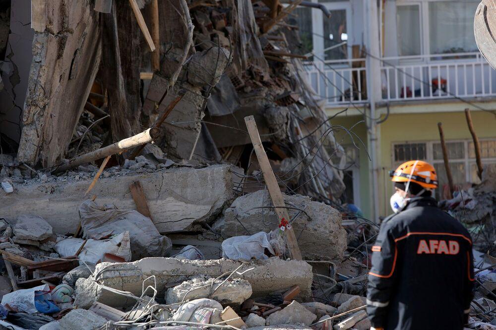 Çalışmalarda özel eğitimli köpekler de yer alıyor. Çalışmalar sırasında yıkılan binanın ayakta kalan bir bölümünün yıkılmaya başlaması ile ekipler ara vererek, binanın kalan bölümünü kontrollü bir şekilde yıktı.