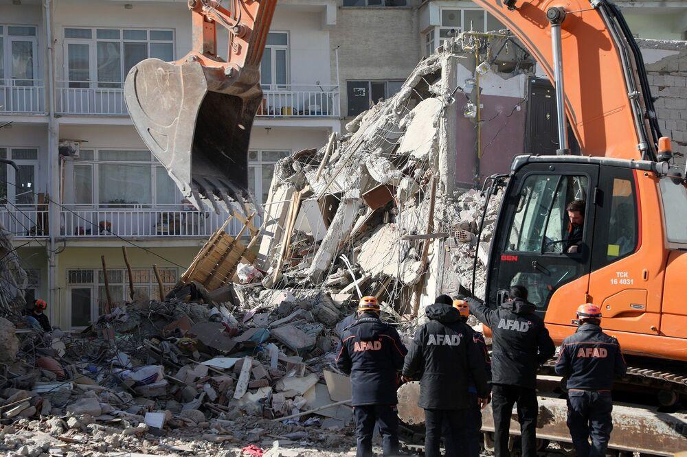 Yaralılar arasında durumu ağır olanlar da var. Depremin ardından hasar tespit çalışmaları başlarken, Elazığ merkez, Sivrice ve Maden'de 50 binanın yıkıldığı, 308 ağır hasarlı, 150 de orta hasarlı binanın olduğu tespit edildi.