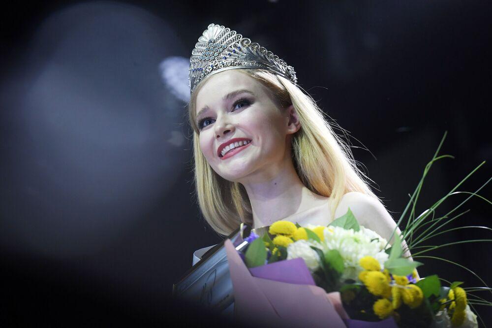 Yarışmanın galibi 19 yaşındaki Kazanlı Anna Semenovıh, ödül töreninde.