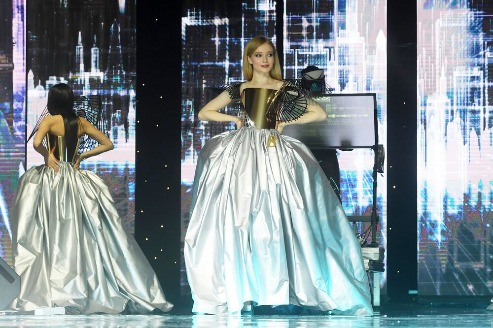 Tataristan'ın en güzel kızı unvanını kazanan Anna Semenovıh, akşam kıyafeti geçidine katılırken...