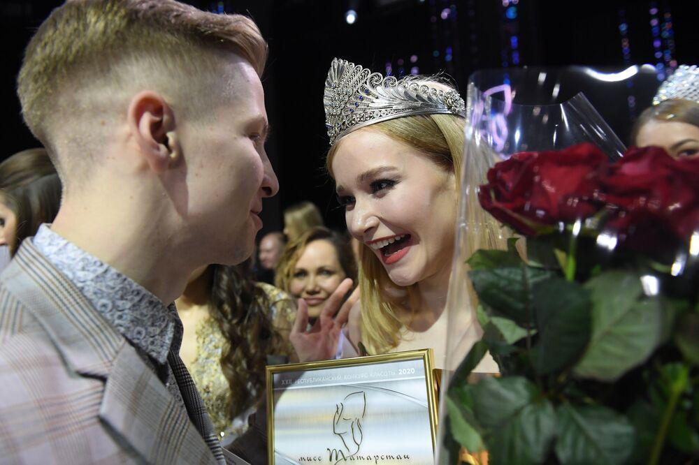 Tataristan Güzeli 2020 unvanını kazanan 19 yaşındaki üniversite öğrencisi Anna Semenovıh ödül töreni sonrası.