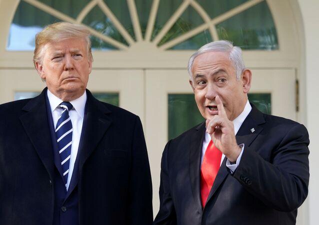 Donald Trump ile Benyamin Netanyahu Beyaz Saray'daki Oval Ofis'in dış kapısında şakalaşırken