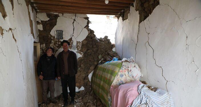 Evi hasar gören köylüler güvenli olduğunu düşündükleri evlerde birlikte kalırken, kimisi çadırda kimisi de temizlediği ahırda kalıyor. Karın üstüne kurulan çadırda dondurucu soğukta 2 gün geçiren bazı köylüler hastalanınca başka evlere yerleştirildi.