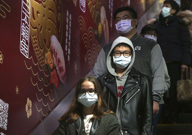 Koronavirüse karşı maske önlemi alan insanlar