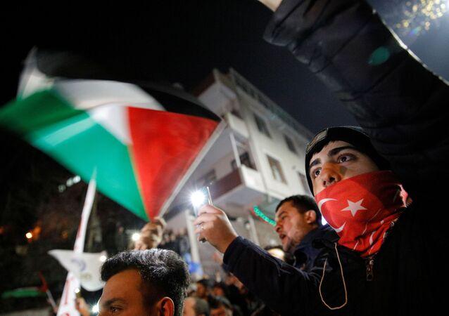 ABD Başkanı Donald Trump'ın, Orta Doğu barış planı kapsamında Kudüs'ün, İsrail'in bölünmez başkenti olarak kabul edileceğine yönelik açıklaması, ABD'nin İstanbul Başkonsolosluğu önünde protesto edildi.