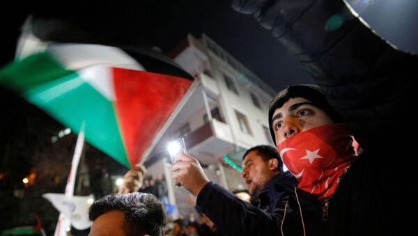 ABD Başkanı Donald Trump'ın, Orta Doğu barış planı kapsamında Kudüs'ün, İsrail'in bölünmez başkenti olarak kabul edileceğine yönelik açıklaması, ABD'nin İstanbul Başkonsolosluğu önünde protesto edildi. - Sputnik Türkiye