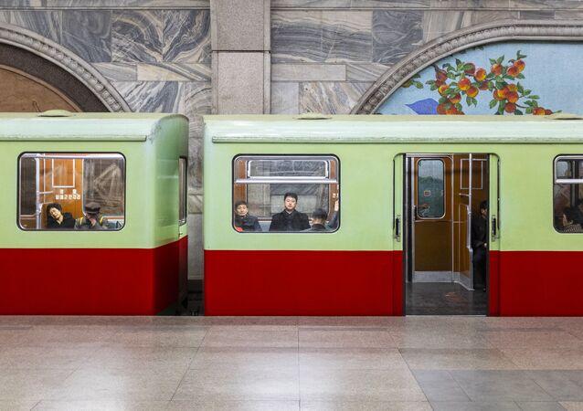 Seyahat kategorisinde birinci seçilen Luke Fazekas'ın Kuzey Kore'nin başkenti Pyongyang'da çektiği fotoğraf serisinden bir kare. Bu fotoğrafta Pyongyang metrosu götüntülendi.
