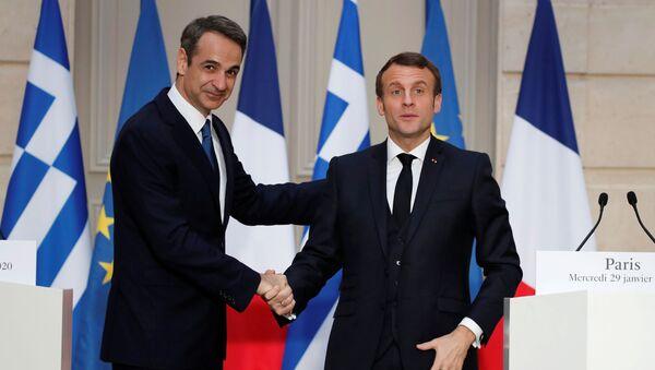 Fransa Cumhurbaşkanı Emmanuel Macron (sağda) Elysee Sarayı'nda Yunanistan Başbakanı Kiriakos Miçotakis'i ağırlarken - Sputnik Türkiye