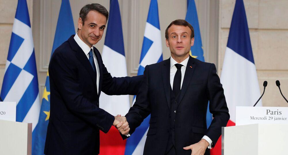 Fransa Cumhurbaşkanı Emmanuel Macron (sağda) Elysee Sarayı'nda Yunanistan Başbakanı Kiriakos Miçotakis'i ağırlarken