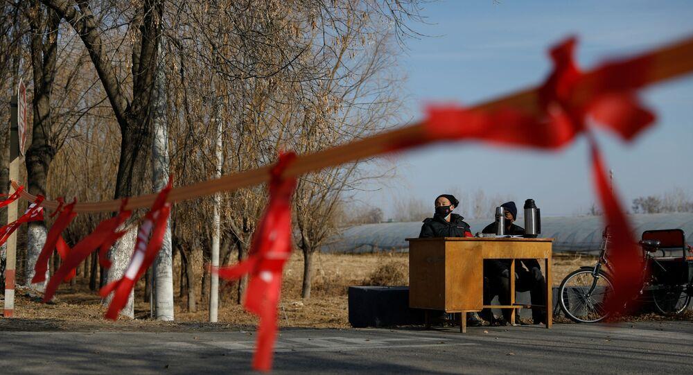 Çin'de koronovirüs salgınının merkezi Hubey eyaletine komşu köyler, yolları kapatıp kontrol noktaları kuruyor.