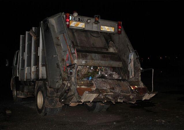 Antalya'nın Gazipaşa ilçesinde çöp kamyonuyla çöp toplayan 2 işçi ve şoför, kimyasal maddeden zehirlenme şüphesiyle hastaneye kaldırıldı.