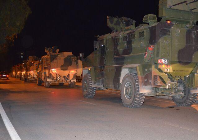 Türk Silahlı Kuvvetleri'nin (TSK) Suriye sınırındaki birliklere takviye amaçlı askeri araç ve mühimmat sevkiyatı Hatay'ın Kırıkhan ilçesinden devam ediyor.