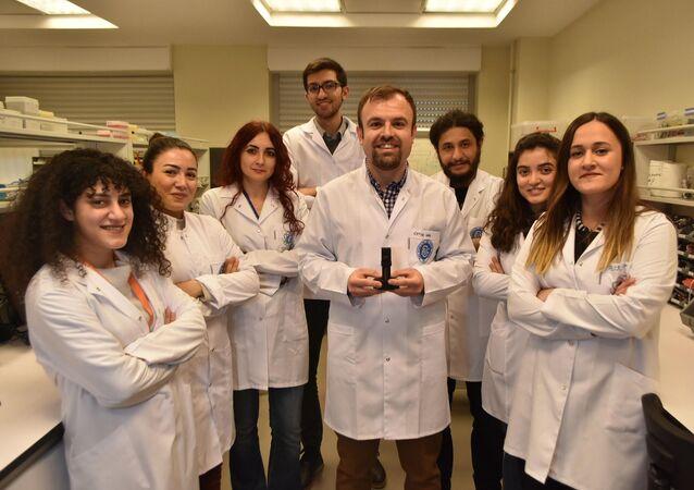 İzmir Biyotıp ve Genom Merkezi'nde görevli bilim insanları, halk arasında 'domuz gribi' olarak bilinen H1N1 virüsünün 5 dakikada tespit edilebileceği, taşınabilir cihaz geliştirdi.