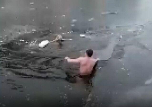 Rusya'da donmuş nehre düşen köpeği gören bir adam, soğuk suya atladı. O görüntüler sosyal medyada yoğun ilgi çekerken, yapılan yorumlarda köpeğin kurtarıcısı tebrik edildi.