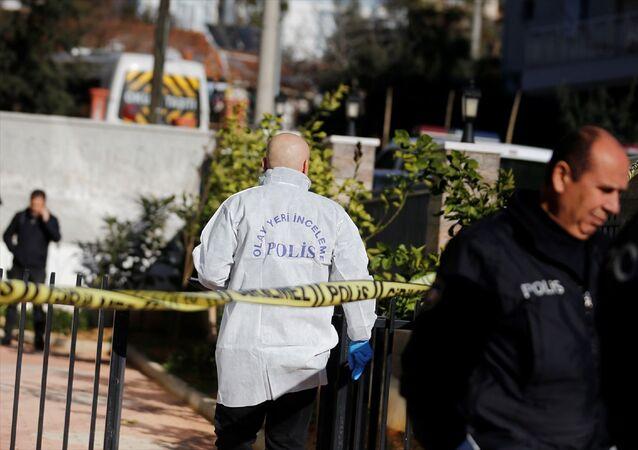 Antalya'da ayrıldığı eşi ile yardım isteyen kızını silahla öldüren zanlı, intihar girişiminde bulundu. Polis olay yerinde incelemelerede bulundu.