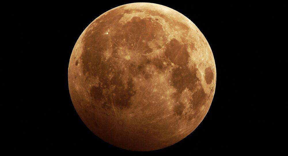 Rusya'nın Sibirya bölgesinde görüntülenen Ay tutulması.