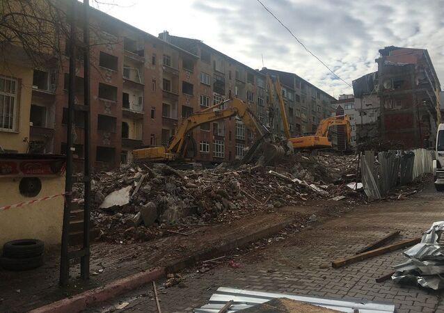 Silivri'de 4 ay önce meydana gelen 5.8 büyüklüğündeki depremde ağır hasar alan Bağcılar'daki 240 daireden oluşan blokların yıkımına başlandı. Riskli yapı olduğu gerekçesiyle binalardan tahliye edilen vatandaşlara kira desteği verildiği öğrenildi.