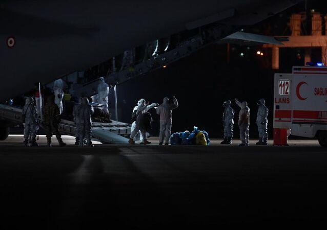 Yeni tip koronavirüs salgınının yaşandığı Çin'in Vuhan kentindeki, 32'si Türk 42 kişiyi taşıyan uçak, Ankara'ya geldi