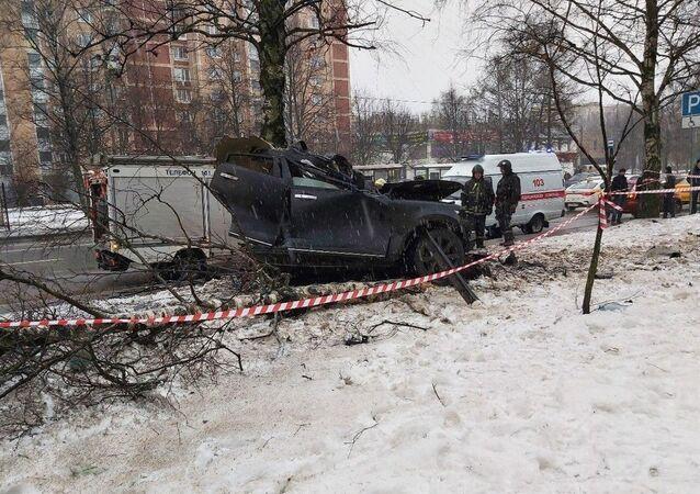 Rusya'da ağaçlara çarpan lüks araç ikiye bölünürken, 2 kişi hayatını kaybetti.