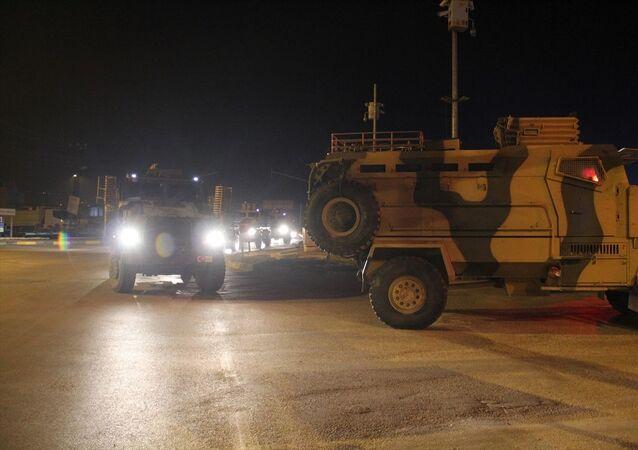 Türk Silahlı Kuvvetleri (TSK) tarafından, Suriye sınırındaki askeri birliklere zırhlı personel taşıyıcılarla komando takviyesi yapıldı.