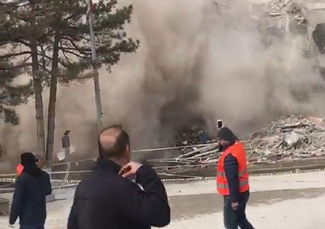 Malatya'da depremden dolayı ağır hasar alan bina, yıkım esnasında kendiliğinden çöktü. Çökme anı ise amatör kameralara yansıdı.
