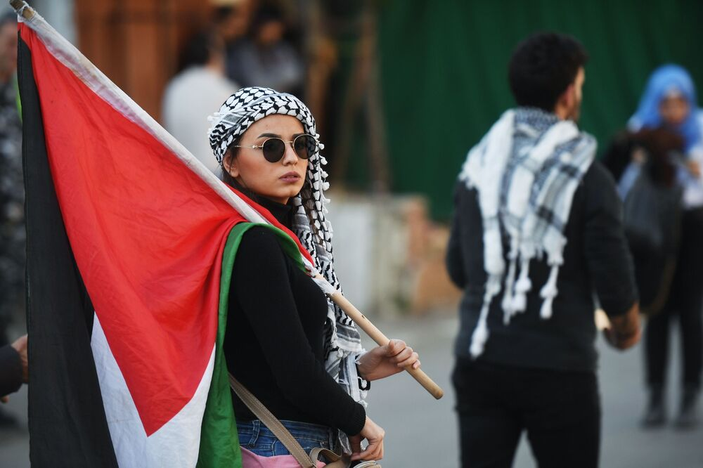 Beyrut'taki protesto gösterilerinin katılımcılarından biri.