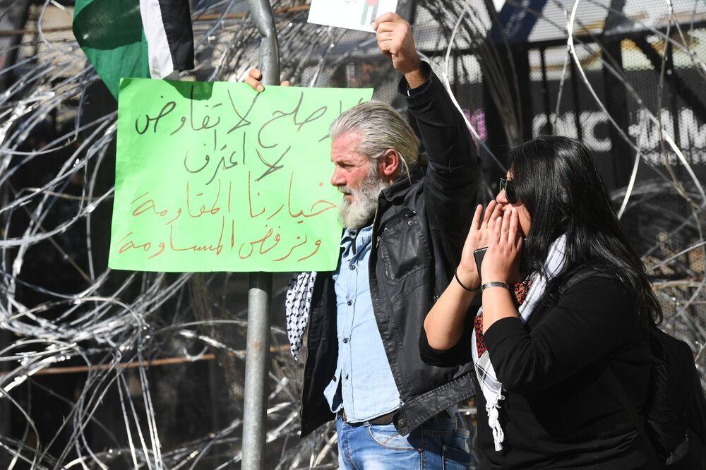 Göstericiler, ABD'nin sözde Orta Doğu barış planına büyük tepki gösterirken, Yaşasın Filistin,  ABD ve İsrail Müslümanların Düşmanı gibi sloganları attı.