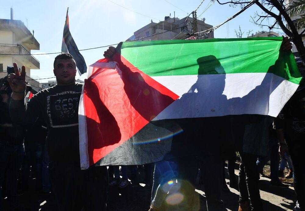 ABD Büyükelçilik binasının önünde ABD yönetimi aleyhinde sloganlar atan göstericiler, Filistin bayrakları taşıdı.