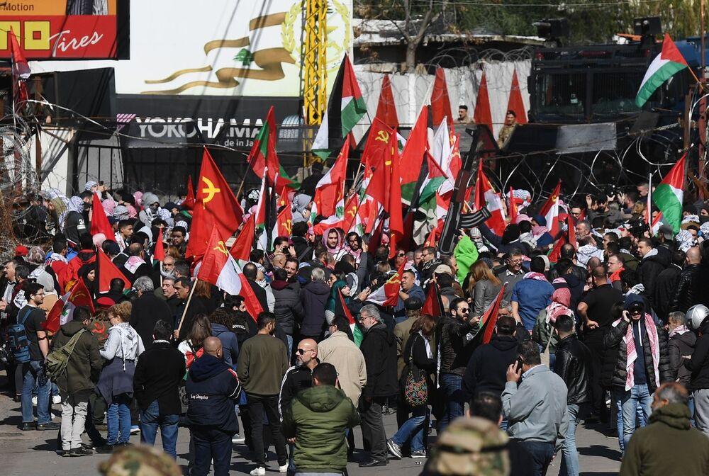Beyrut'taki ABD Büyükelçiliği önünde  düzenlenen protesto eylemine  yüzlerce gösterici katıldı.