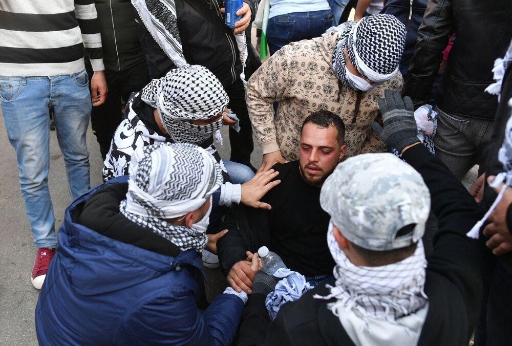 Protesto sırasında, güvenlik güçlerinin göstericileri dağıtmak için müdahalesinde 6 kişi yaralandı.