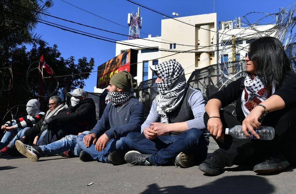 Beyrut'taki ABD Büyükelçilik binasının önünde düzenlenen  protesto eyleminin katılımcıları.