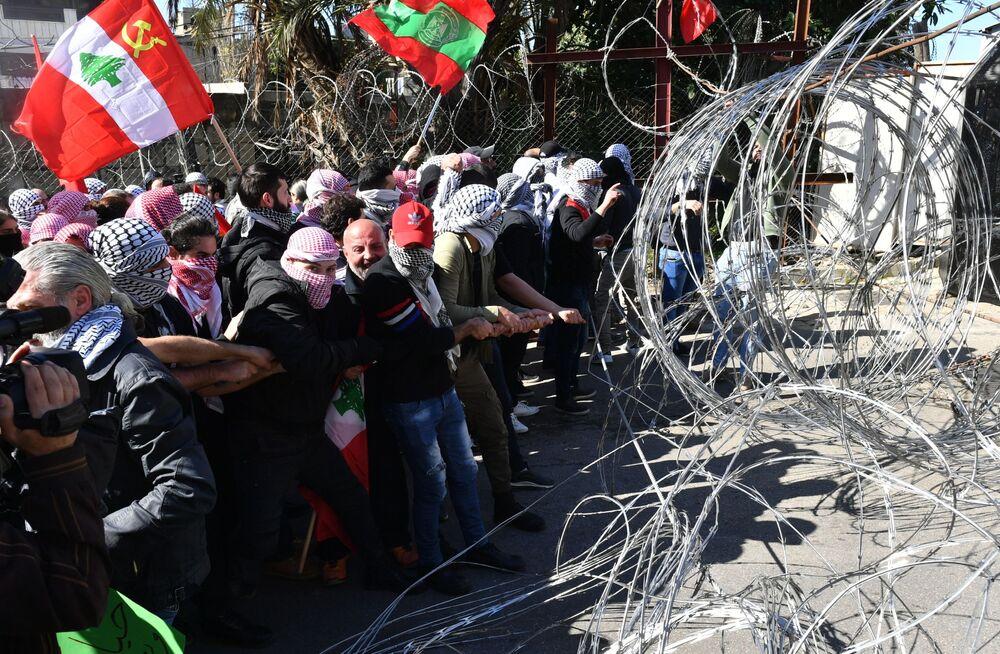 Lübnan ve Filistin bayrakları taşıyan yüzlerce gösterici, ABD Büyükelçilik binasının önünde ABD yönetimi aleyhinde sloganlar attı.